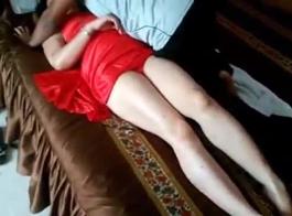 زوجة قرنية يحصل لها الحمار مارس الجنس هناك كس