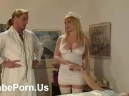 ممرضة بريطانية مفلس بايلي بروك تمارس التعري