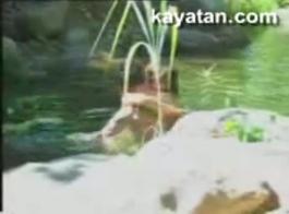 يتم توجيه أصابع الاتهام إلى رغوة النهر الفاتنة وسحقها