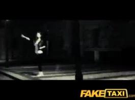 سيارة أجرة وهمية شاندا فاي تستخدم الديك كما أرغوس كاردي