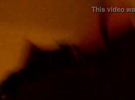 مطهر كتكوت شاحب البشرة يضع يعرج على الأريكة ويحصل على أقدام من الملاحقين السود مارس الجنس مع قضيب كبير