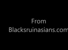 يتعرض المراهق الآسيوي للهجوم من قبل زوج من الديك الأسود الكبير مع لعق الوحش الأسود من كلا الجانبين