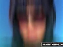 امرأة سمراء مثيرة تمارس ضربة غطس بعد تعرضها للضرب من قبل البيدق المتأنق عندما يلاحظ المحاضر بقعة لها وردي كس