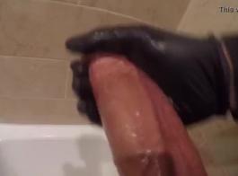 تحتاج امرأة سمراء الديك مثل أموال التنظيف الإضافية لإصلاح المراحيض المتسربة