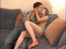 ضيق في سن المراهقة يحصل بوسها الرطب مارس الجنس الآن