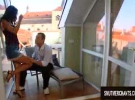 كلوديا فوكس في صاحب متجر فرنسي مع رجل عجوز