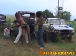 رقيقة الأبنوس أسلوب هزلي مارس الجنس من قبل الديك الأسود أثناء التدخين السيجار