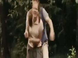 مشهد من الإباحية حيث فعل هذه الفتاة من الخلف والفتاة تدفعه في المؤخرة