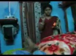 ربة منزل هندية سوزا مع افتتاح كتاب يلعب مثلية