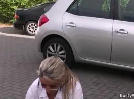 سيدة في الزي الرسمي مارس الجنس في كس
