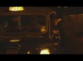 أنثى تاكسي مزيف أسود صعب في الكابينة