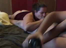 صور فرنك بلجيكي بقوة في غرفة المعيشة بينما كانت الأم دونا بيليس في الحمار تحتضن على السرير
