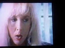 فيلم مثلية: شاهد عارية نيكيتا تلعب مع الثدي الطبيعية الكبيرة. ثم فيرونيكا ذات البزاز اللطيفة تنكمش في وجهها