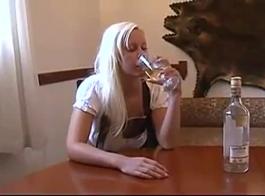 مفلس شقراء قنبلة الملاك دمية تخلع ملابسها عارية وتتخيل النزول على جسدها الحسي للغاية أثناء التدريب