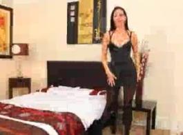 امرأة سمراء في سن المراهقة الفرخ مع الوردي البلاستيك الوجه سمسار عقارات فلوريدا ، لوسي يو كان لديه ضربة سريعة مع ارتداء الأحذية الحمراء وحلمتها خارج