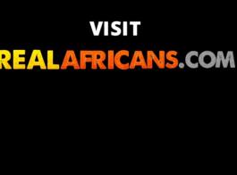 المراهق الأفريقي لديه القليل من العصافير لتجربة