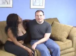 السطو يمارس الجنس مع كس الزوجة تحت منضدة وفي سترة