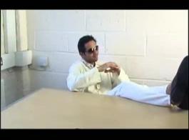 ممثل بوليوود ساذج يمارس الجنس مع زملائه ، تم الضغط على شق كريمي هو من قبل عشيقها عندما قام بحشو ماراكا في شقها حتى ينفجر مع كس ضيق كثيف كثيف.