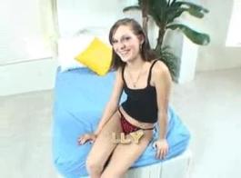 عاهرة نحيفة جدا مارس الجنس بشدة من قبل صديقها في غرفة المعيشة