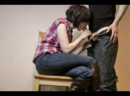 امرأة سمراء ساخنة بجسم ناعم تستخدم جانيل فاي هزازًا جنسيًا للنشوة الجنسية الشديدة والتي لا تصدق
