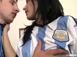 يمارس الجنس مع لاعبي كرة القدم الأحمق الضيق فاتنة اليابانية ويحصلون على هزات شديدة