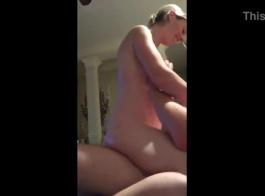 امرأة شقراء ساحرة فرك بلطف ديك رقيق جنسها حتى يبدأ تنكر مع نائب الرئيس الطازجة