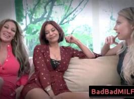 سكاي سكاي وكريستينا دانيلز على وشك أن يكون لديك مجموعة الجنس في سريرها الضخم.