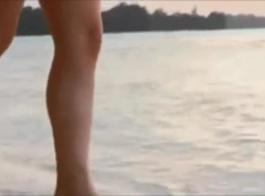امرأة سمراء آسيوية مدهشة مع الثدي الصغيرة، يحب أنري هادلي الجنس في الجزء الخلفي من سيارة متوقفة.
