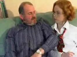 يرى في سن المراهقة الفرنسية عارية بالإصبع شقها أثناء التوصل إلى مطربات في غرفة فندقية في غرفة نومها.