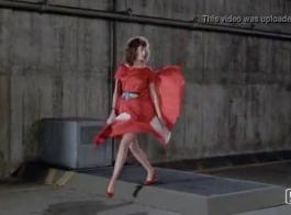 امرأة مع الشعر الأحمر هي سخيف عملها في كل يوم، فقط للمتعة