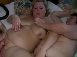 دمية ناضجة الدهون مع الثدي الكبير يذهب منفردا في السرير.