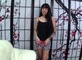 امرأة سمراء حسية مع الثدي مذهلة، كانا ميناتو تمتص ديك ضخمة، أسود قبل الحصول عليها داخلها.