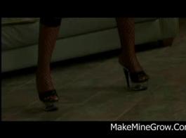 ينتشر امرأة سمراء طازجة ساقيها واسعة كما يمكن أن تحصل مارس الجنس من الصعب.