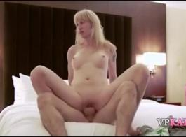 ذهب فاتنة الساخنة إلى المرحاض وجاء إلى المنزل لجعل الفيديو الإباحية للمتعة
