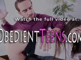 امرأة سمراء في سن المراهقة جميلة تحصل مارس الجنس من قبل صديقها الوسيم، بينما أمام الكاميرا