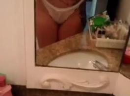ناتاليا برادو استمناء أثناء مشاهدة فيديو جنسي، لأنها على وشك أن يكون لها هزة الجماع