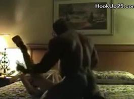 جبهة مورو شقراء مع الثدي الضخمة هو حمل ساقيها رفعت عالية بينما الرجل الأسود هو سخيف لها