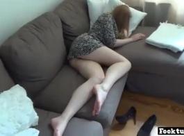 امرأة معصوبة العينين هي التواء ساقيها عن طريق لعق حذائها، لأنه يثيرها أكثر من أي شيء