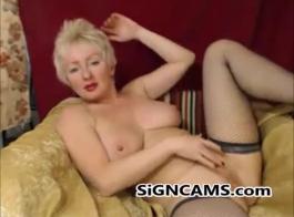 مثيرة زوجة شقراء ناضجة يلعب مع دسار اللاتكس الذي خرج من آلة جنسية