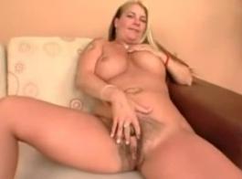 امرأة سمراء مفلس مع كبير الثدي نطاط غالبا ما تستخدم السحر وحلقها العميق