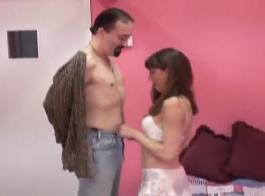 شقراء غال مع كبير الثدي الحصول على عارية.