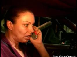 امرأة شقراء سلوتي هي مص ديك شريكها والحصول على بوسها يمسح في غرفة التدليك.