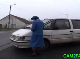 ضابط شرطة منحرف يجعل كل امرأة أثناء الخدمة
