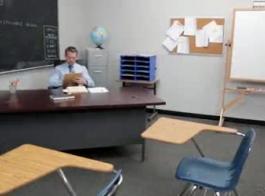 بيتي المعلم وزوجته الفصول الدراسية الخاصة به، مارس الجنس من قبل حزب المحافظين العاطفي في غرفة النوم الرومانسية كونهم مدرسا شقي صورت طلابهم ذكور قرون على فئته.