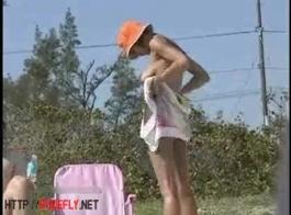 الحرة في سن المراهقة الزوجين سخيف على الشاطئ العام في الدعاوى الغوص