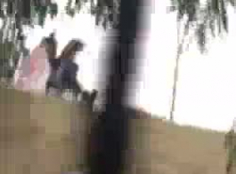 فتاة المدرسة الهندية تعطي الرأس