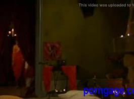 امرأة سمراء الغريبة وضع الطلاء على الكلبة