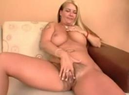 امرأة سمراء مفلس مع الديك الصلب كبير ليمارس الجنس! مان أبيض غني مع الديك العملاق