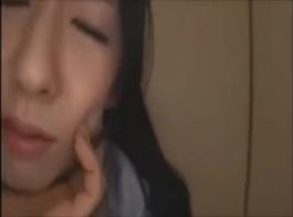 امرأة آسيوية اليابانية ربطت ساق كبيرة هفوة في والديها المنزل أثناء الغناء