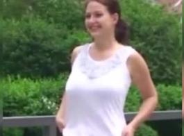 فتاة ساخنة في حديقة عامة